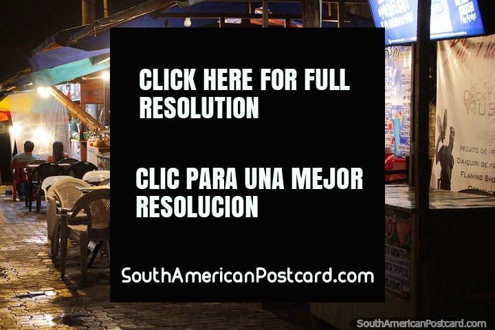 Bares con largas listas de cócteles junto a la playa en Montañita. (720x480px). Ecuador, Sudamerica.
