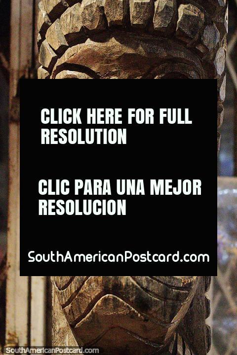 Entalho de madeira fantástico de uma cara em Montanita, semelhante a um entalho maori. (480x720px). Equador, América do Sul.