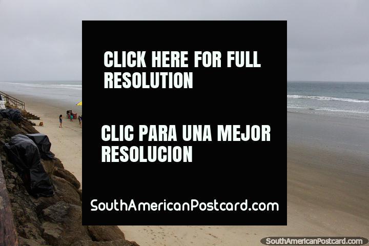 La playa de Montañita, en la parte central de la costa, imagina un día soleado en temporada alta. (720x480px). Ecuador, Sudamerica.