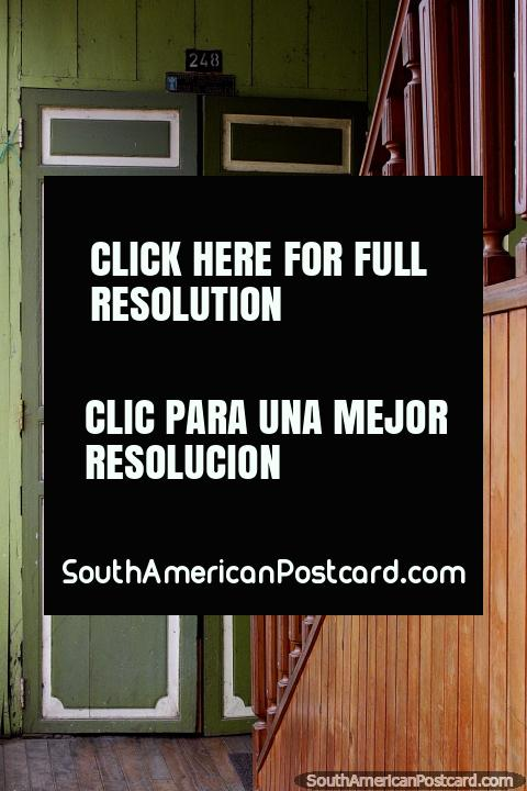As portas de madeira e as escadarias estão em todo lugar em Zaruma, grande porta verde. (480x720px). Equador, América do Sul.