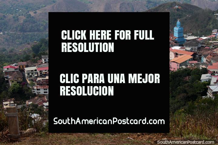 Visão fantástica abaixo a Zaruma da cruz no ponto de vigia de colina. (720x480px). Equador, América do Sul.
