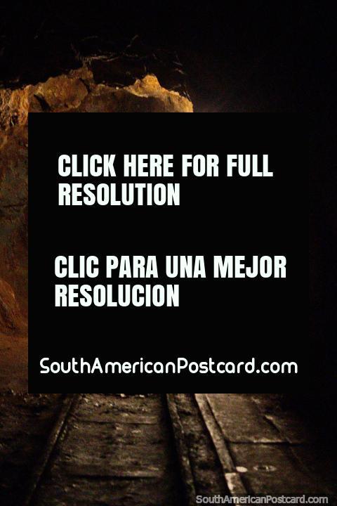 Caminando 500 metros hacia los túneles en la mina de oro El Sexmo en Zaruma. (480x720px). Ecuador, Sudamerica.