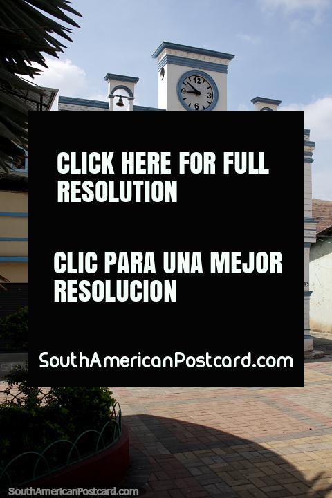 Iglesia blanca con 2 campanas y un reloj en Portovelo, localidad cercana a Zaruma. (480x720px). Ecuador, Sudamerica.