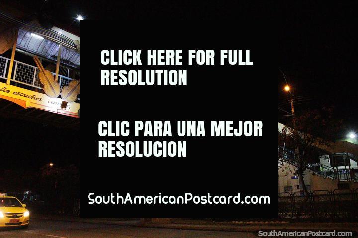 Puente musical en Loja por la noche con varios instrumentos, violonchelo, arpa, piano y guitarra. (720x480px). Ecuador, Sudamerica.