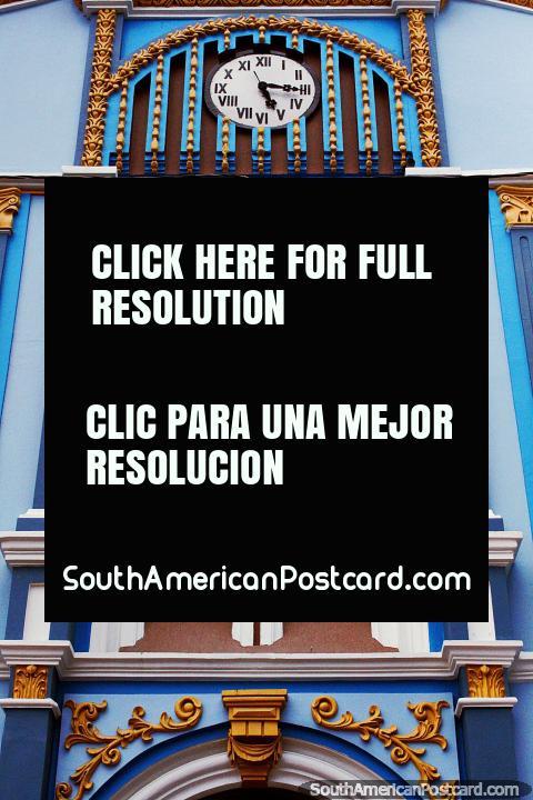 A fachada assombrosa com um relógio, erudito, arqueou janelas e colunas, edifïcio de La Dolorosa da educação em Loja. (480x720px). Equador, América do Sul.