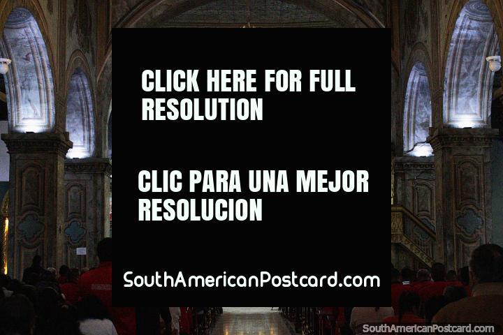 Un servicio en pleno apogeo en la catedral de Loja con deslumbrante luz dorada. (720x480px). Ecuador, Sudamerica.