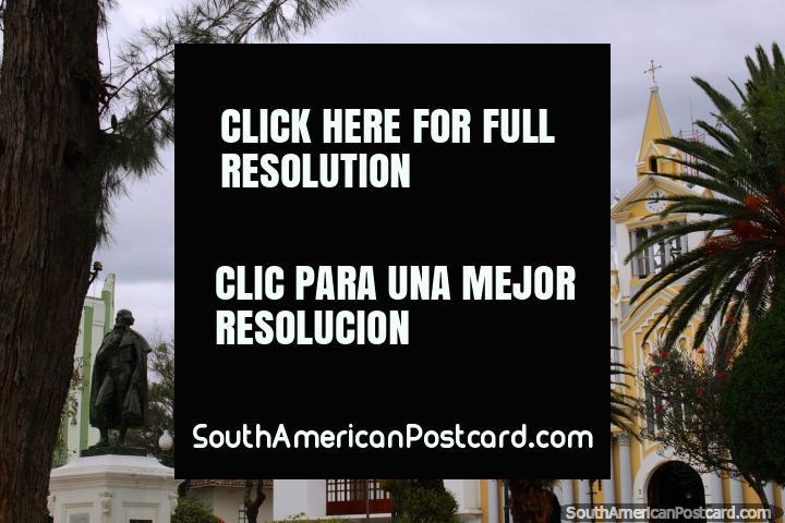 Parque central, catedral e estátua de Bernardo Valdivieso (1745-1805) - o promotor de educação, Loja. (720x480px). Equador, América do Sul.