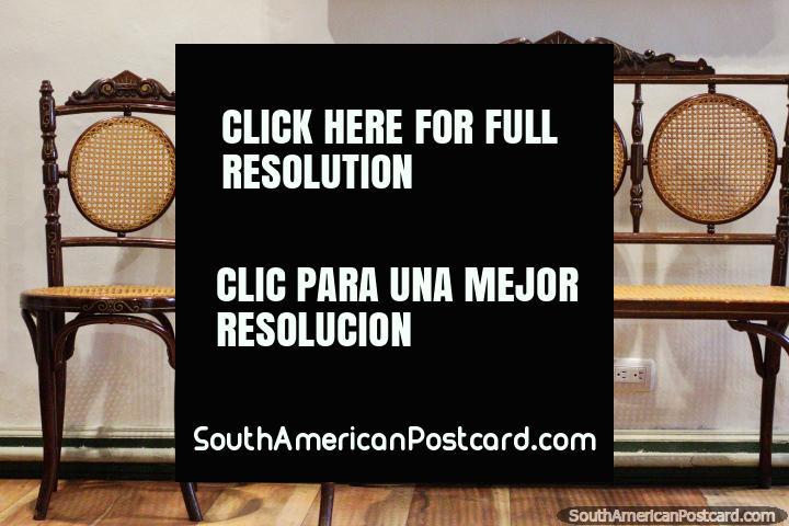 Cadeiras de cana antigas assombrosas, muito delicadas, em monitor no centro cultural em Loja. (720x480px). Equador, América do Sul.