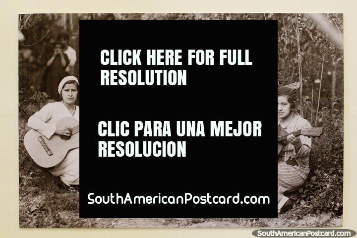 Banda feminina, velha foto assombrosa que apresenta as senhoras com violões e um gramofone, Loja. (720x480px). Equador, América do Sul.