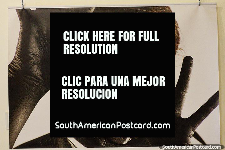 O homem preto com a pintura branca na sua cara e dedos estendeu-se, foto no centro cultural em Loja. (720x480px). Equador, América do Sul.