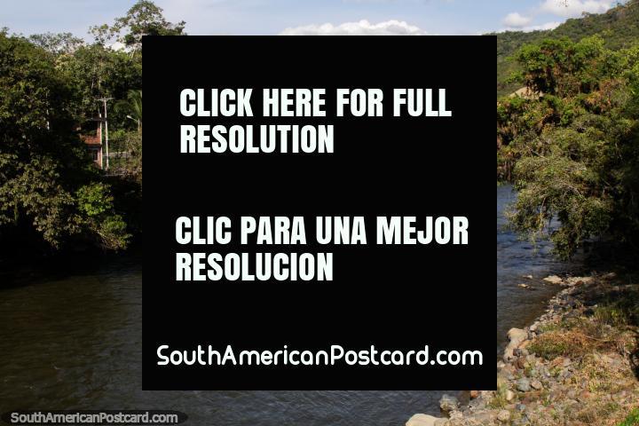 Río y colinas verdes en Zamora en el sur, donde comienza la carretera Oriente hacia el norte. (720x480px). Ecuador, Sudamerica.