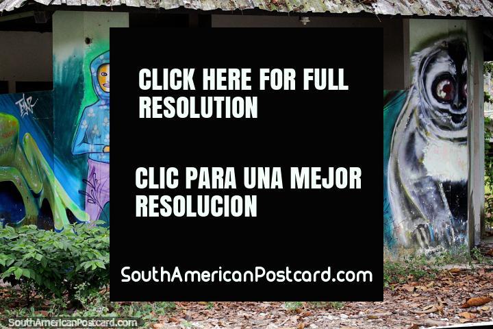 Os 8 jovens e o seu urso de Coala de estimação, arte de rua em um velho edifïcio na Zamora. (720x480px). Equador, América do Sul.