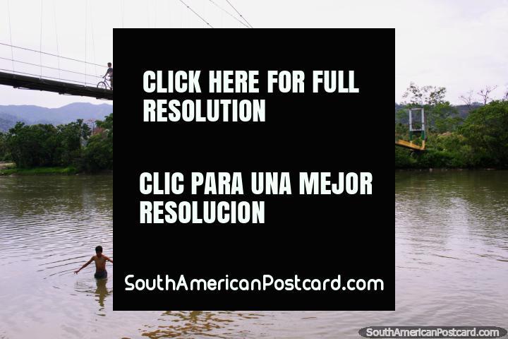Los niños juegan en el Río Zamora en Yantzaza en Playa Rica, a través del puente del pueblo. (720x480px). Ecuador, Sudamerica.