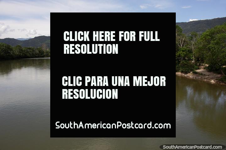 El Río Zamora en Yantzaza, continúa hacia el sur hasta Zamora, luego hacia el oeste hasta Loja, aguas tranquilas y pacíficas. (720x480px). Ecuador, Sudamerica.