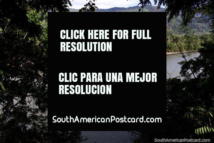Parque Mirador en Yantzaza, con una gran vista hacia el Río Zamora y hacia las colinas. (720x480px). Ecuador, Sudamerica.