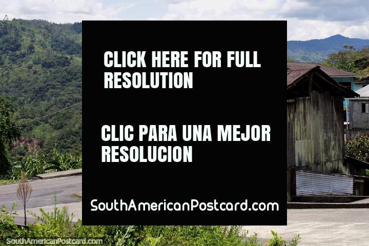 Pequeñas casas de madera viejas en un pueblo entre San Juan Bosco y Limón, entorno impresionante. (720x480px). Ecuador, Sudamerica.