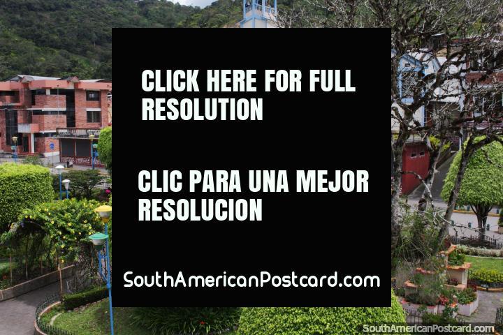 Parque central y iglesia en Limón, árboles y jardines bien cuidados. (720x480px). Ecuador, Sudamerica.