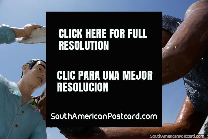 Sombreros, saludos y ofrendas de los indígenas, monumento de 3 figuras en Limón. (720x480px). Ecuador, Sudamerica.