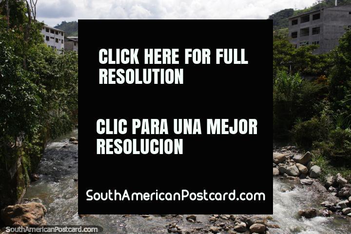 Río rocoso y montañas distantes en Limón en el camino de Oriente. (720x480px). Ecuador, Sudamerica.