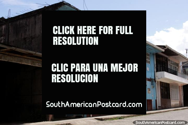 Limón Indanza tiene muchos edificios antiguos de madera alrededor del pueblo. (720x480px). Ecuador, Sudamerica.