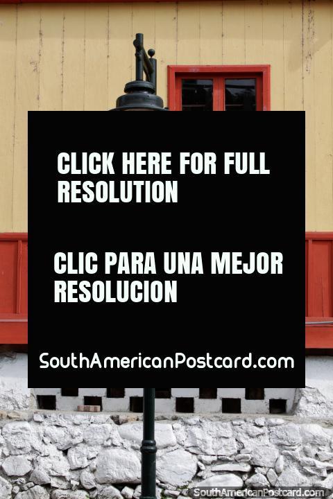 Arquitetura em Limon, edifïcios de madeira e uma lâmpada de rua, Estrada Oriente. (480x720px). Equador, América do Sul.