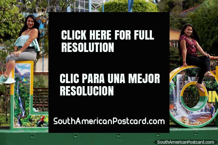 Buenos días desde Limon Indanza, 4 chicas locales iluminan el parque central. (720x480px). Ecuador, Sudamerica.