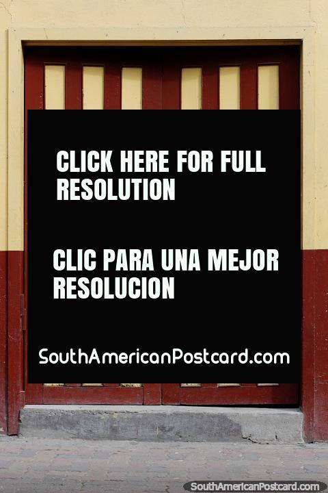 Las puertas y los patrones de madera hacen un buen arte, Limón, un pueblo de arquitectura de madera antigua. (480x720px). Ecuador, Sudamerica.