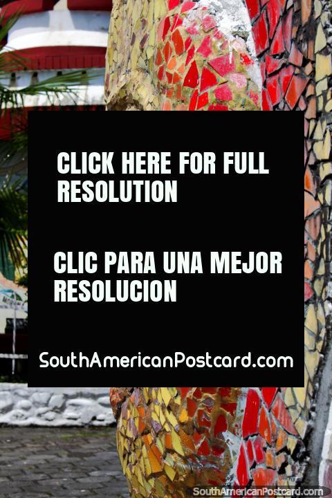 Obra de arte coberta com telhas vermelha e amarela do sol com uma cara em Macas. (480x720px). Equador, América do Sul.