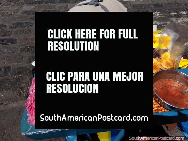 Cebola vermelha, grão secado, batata frita de banana, comida de rua em Latacunga. (640x480px). Equador, América do Sul.