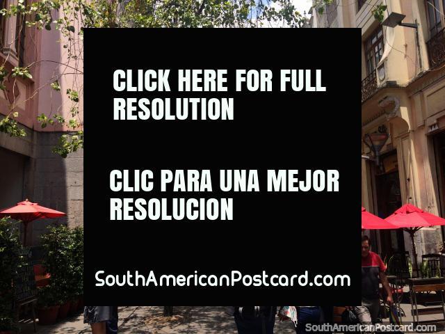 Hermoso pasaje para peatones en el centro de Quito con cafés, árboles y edificios históricos. (640x480px). Ecuador, Sudamerica.