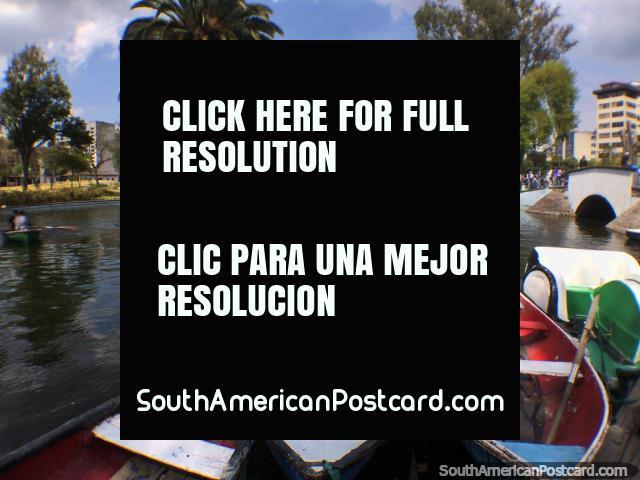 Tome um passeio de barco na lagoa em um dos grandes parques em Quito - Parque La Alameda. (640x480px). Equador, América do Sul.