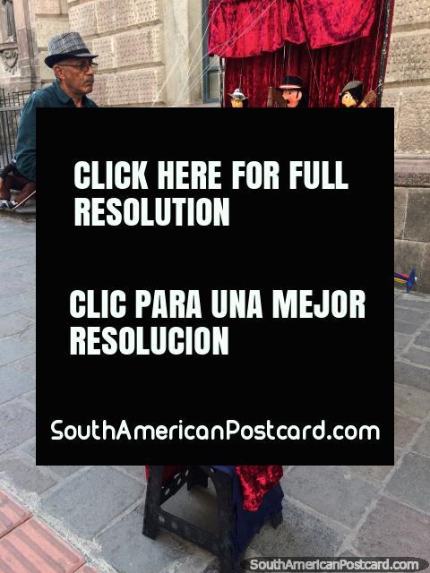 El hombre entretiene a los transeúntes con un espectáculo de marionetas en el centro histórico de Quito. (480x640px). Ecuador, Sudamerica.