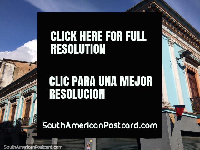 Balcones de hierro y puertas de madera, una fachada histórica en Quito. (640x480px). Ecuador, Sudamerica.