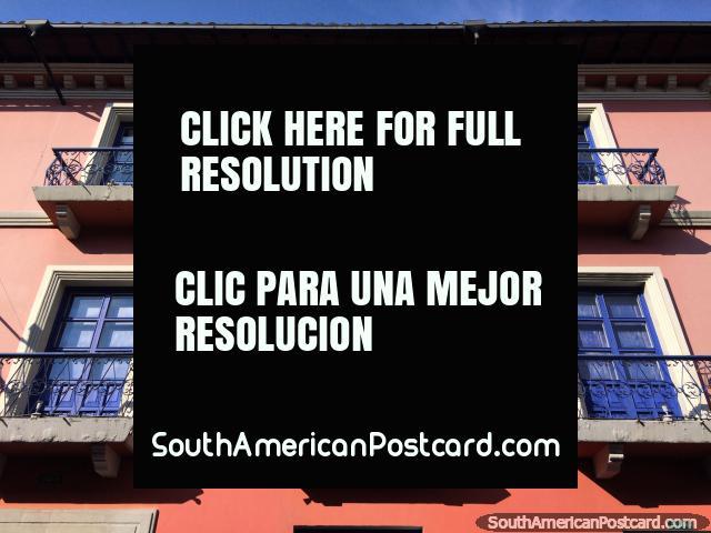 Fachada rosa al sol con puertas azules y balcones de hierro, centro de Quito. (640x480px). Ecuador, Sudamerica.