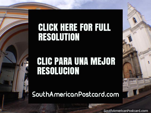 El Arco de la Reina de los Ángeles (1726) y el Monasterio de Santa Clara (1647) en Quito. (640x480px). Ecuador, Sudamerica.