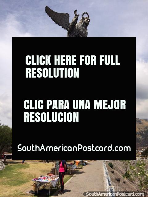 La Mujer del Apocalipsis, inaugurada el 28 de marzo de 1975, se eleva sobre Quito. (480x640px). Ecuador, Sudamerica.