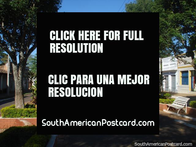 El área agradable para sentarse y andar en la avenida central en Ybycui. (640x480px). Paraguay, Sudamerica.