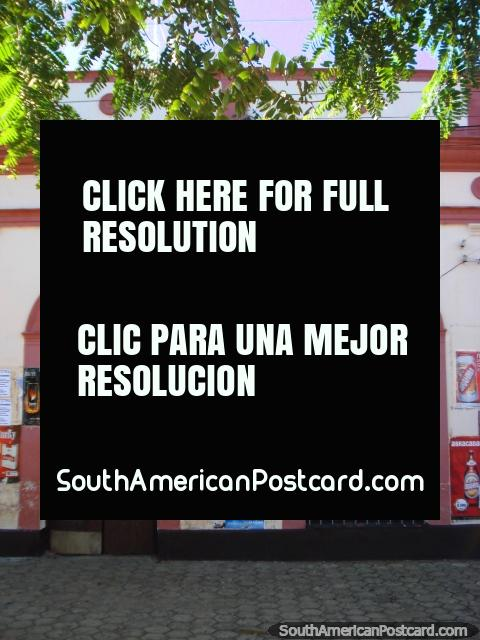 Uma fachada de loja histórica de arcos rosa em Ybycui. (480x640px). Paraguai, América do Sul.