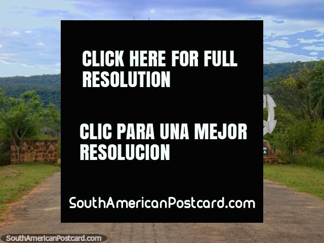 Entrada de parque nacional Ybycui. (640x480px). Paraguai, América do Sul.