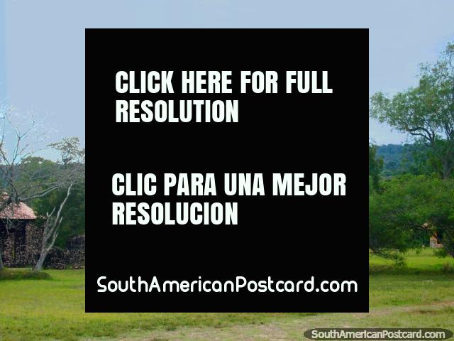 As estátuas de 2 homens em parque nacional Ybycui. (640x480px). Paraguai, América do Sul.