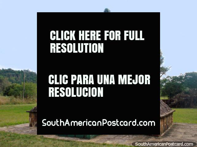 Las estatuas de 2 hombres en Parque Nacional Ybycui, primer plano. (640x480px). Paraguay, Sudamerica.