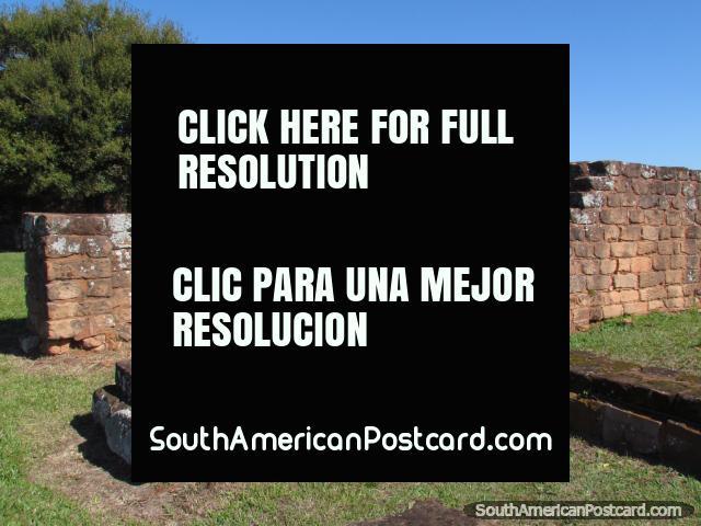 Placas, blocos e paredes das ruïnas jesuïtas de Trinidad, Encarnacion. (640x480px). Paraguai, América do Sul.