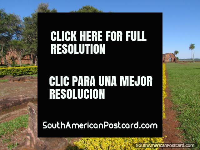 As fundações das casas de Naturais no jesuïta arruinam em Jesus de Tavarangue. (640x480px). Paraguai, América do Sul.