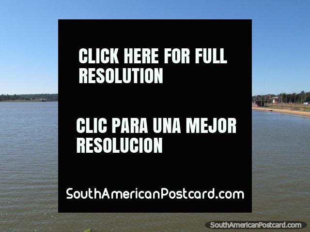 O rio como o ônibus deixa Encarnacion. (640x480px). Paraguai, América do Sul.