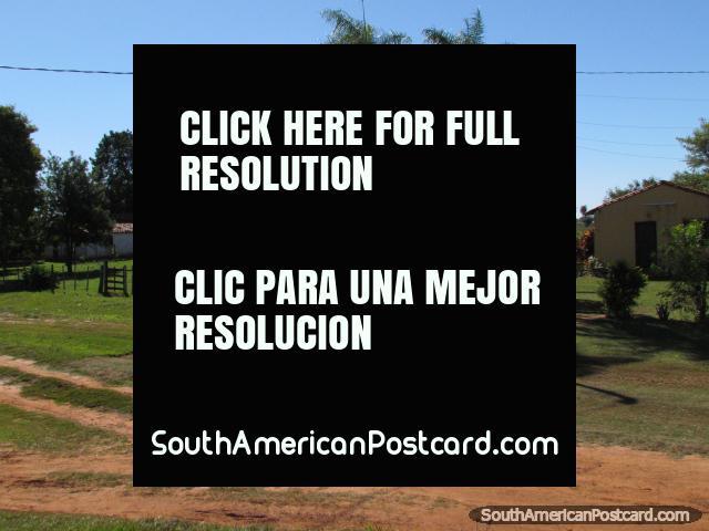 Casas, palmeiras e propriedades rurais entre o General Delgado e Santa Rosa. (640x480px). Paraguai, América do Sul.