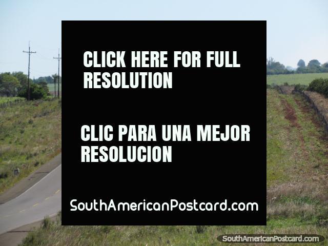 Carros que rolam ao longo de Via 1 na zona rural entre o General Delgado e Santa Rosa. (640x480px). Paraguai, América do Sul.