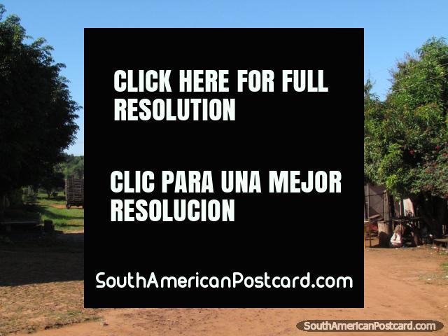Um caminhão vermelho, mesa de futebol de mesa amarela, um caminho de sujeira em Santa Rosa. (640x480px). Paraguai, América do Sul.
