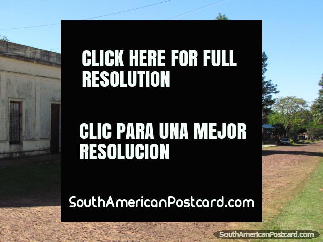 Um caminho de pedra arredondada e casas em Santa Rosa, pequena cidade no sul. (640x480px). Paraguai, América do Sul.