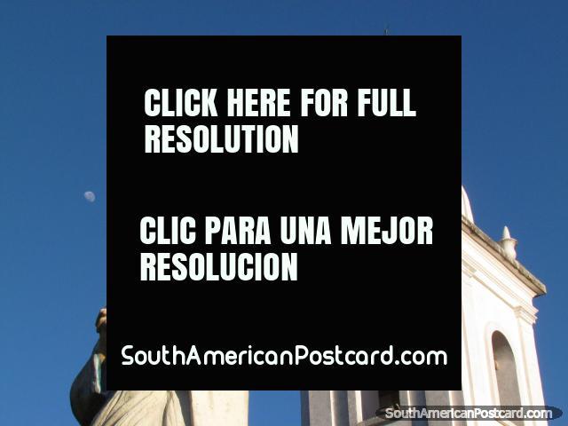 Jesús respeta la luna al lado de la iglesia en Paraguari. (640x480px). Paraguay, Sudamerica.