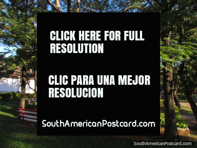 Plaza 'Héroes del Chaco' junto a la iglesia en Paraguarí. (640x480px). Paraguay, Sudamerica.